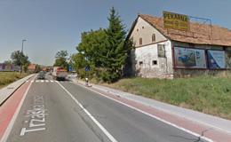 Uvoz na Remškarjevo cesto je za hišo na sliki.